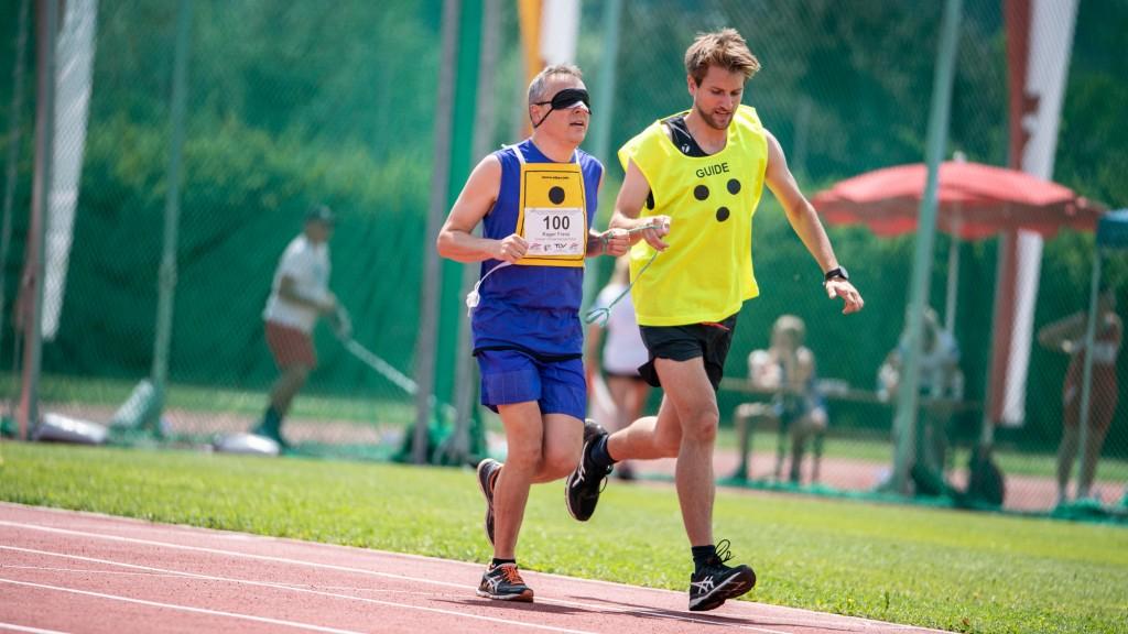 Blinder Läufer mit Guide