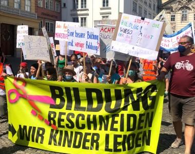 Demo mit Plakat: Bildung beschneiden - wir Kinder leiden (20210628)