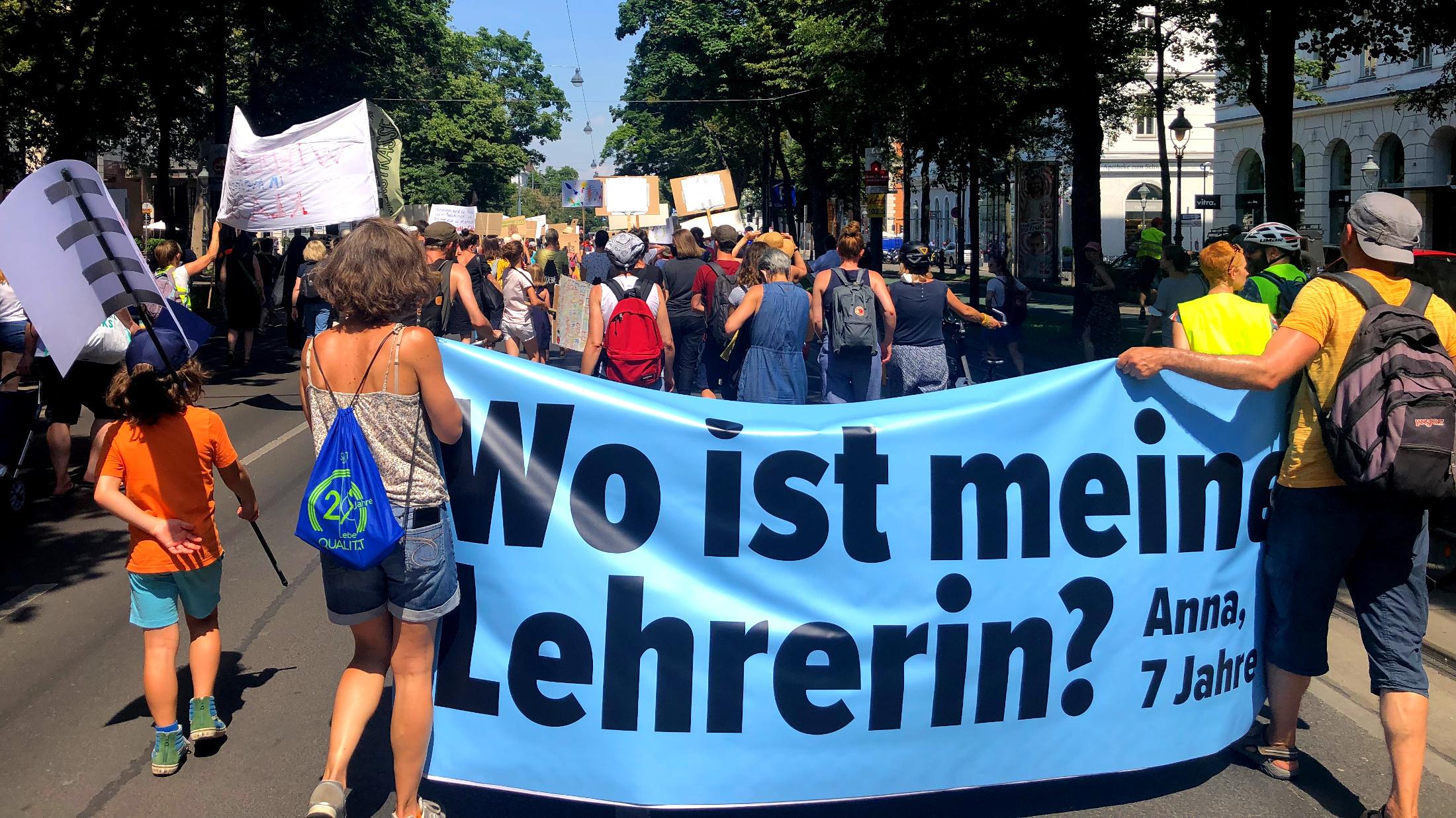 Demo mit Plakat: Wo ist meine Lehrerin?