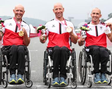 Handbiker Walter Ablinger (Gold), Thomas Frühwirth (Silber) und Alexander Gritsch (Bronze) jubeln über ihre Medaillen