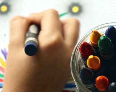 Kind zeichnet mit Stiften